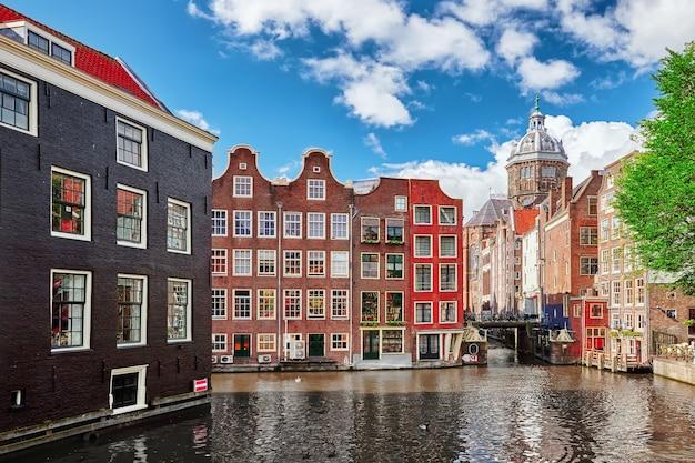 Prachtig uitzicht op de straten oude gebouwen mensen dijken van amsterdam