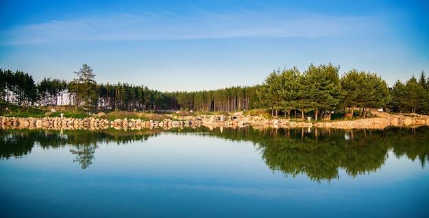 Prachtig uitzicht op de vijver in litouwen met weerspiegeling in het water