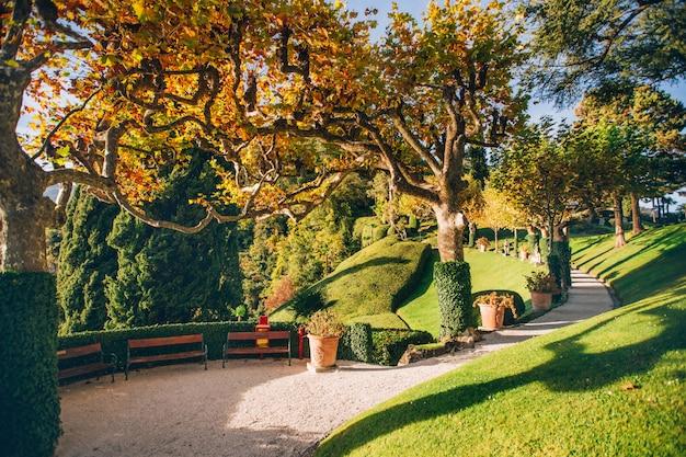 Prachtig uitzicht op de villa gezien vanaf het comomeer op zonsondergang, lombardije, italië. mening van mooie italiaanse villa op meer como in zonlicht.
