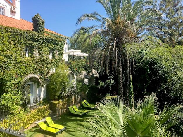 Prachtig uitzicht op de villa op een zomerse dag. cascais. portugal.