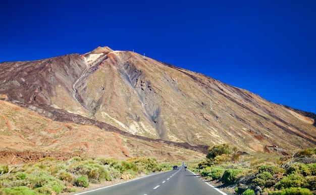 Prachtig uitzicht op de weg naar de vulkanische berg teide in tenerife, canarische eilanden, spanje