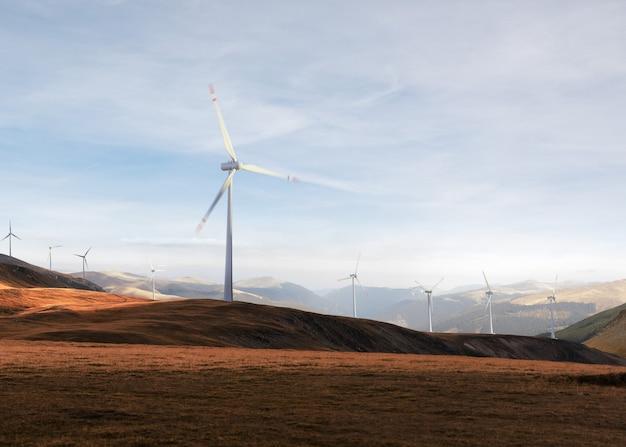 Prachtig uitzicht op de windturbines op een bewolkt landschap. wind energie generator
