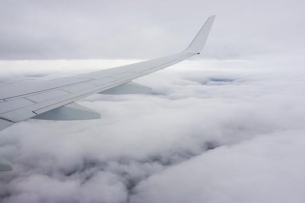 Prachtig uitzicht op de witte wolken vanuit het vliegtuigraam