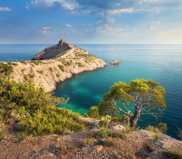 Prachtig uitzicht op de zee vanuit de bergen