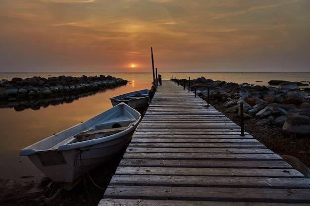Prachtig uitzicht op de zonsondergang met houten steiger