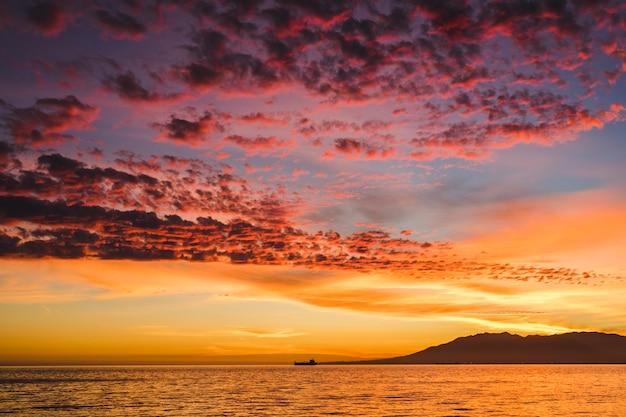 Prachtig uitzicht op de zonsondergang op zee
