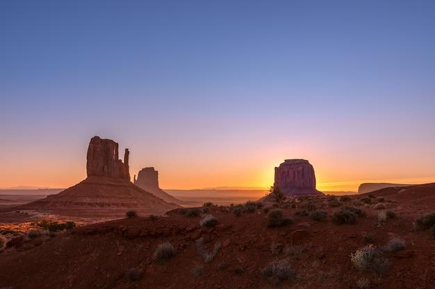 Prachtig uitzicht op de zonsopgang van de beroemde buttes van monument valley op de grens tussen arizona en utah, usa