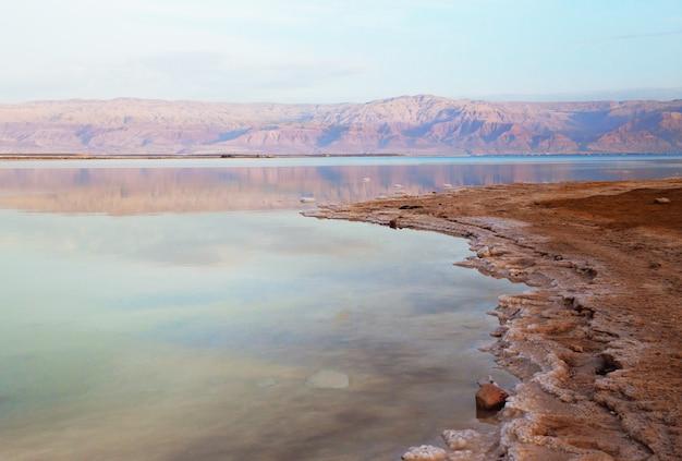 Prachtig uitzicht op de zoute kust van de dode zee met helder water. ein bokek, israël.