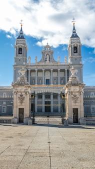 Prachtig uitzicht op een bekende toeristische site van madrid in spanje kathedraal van la almudena