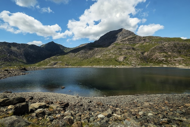 Prachtig uitzicht op een berg en een rustig meer met een bewolkte hemel