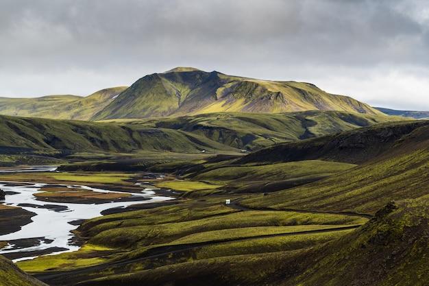 Prachtig uitzicht op een berg in de hooglanden van ijsland met een bewolkte grijze lucht