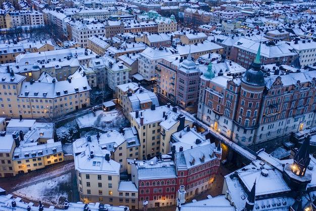 Prachtig uitzicht op een besneeuwd stadsbeeld tijdens een vroege ochtend