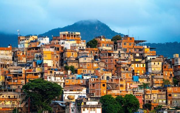 Prachtig uitzicht op een klein stadje in de bergen tijdens zonsondergang in brazilië