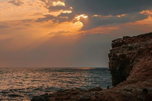 Prachtig uitzicht op een kust van de zwarte zee met bergen en avondrood
