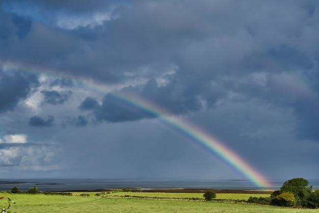 Prachtig uitzicht op een regenboog in galway - ierland
