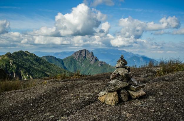 Prachtig uitzicht op een stapel stenen op de heuvel met bergen