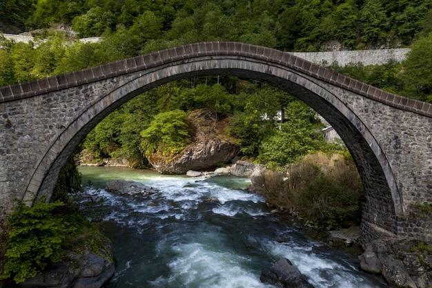 Prachtig uitzicht op een stenen brug gevangen in dorp arhavi kucukkoy, turkije
