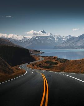 Prachtig uitzicht op een weg die leidt naar mount cook, nieuw-zeeland
