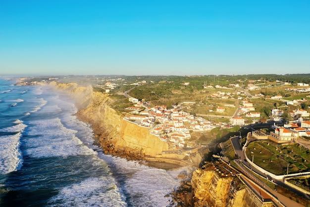 Prachtig uitzicht op een woonwijk in de buurt van zee