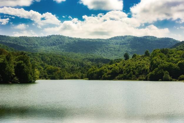 Prachtig uitzicht op groen hoog bergmeer