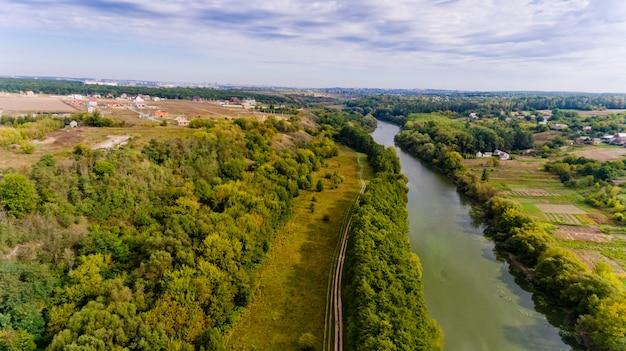 Prachtig uitzicht op het bos en de rivier in de stad. luchtfoto.