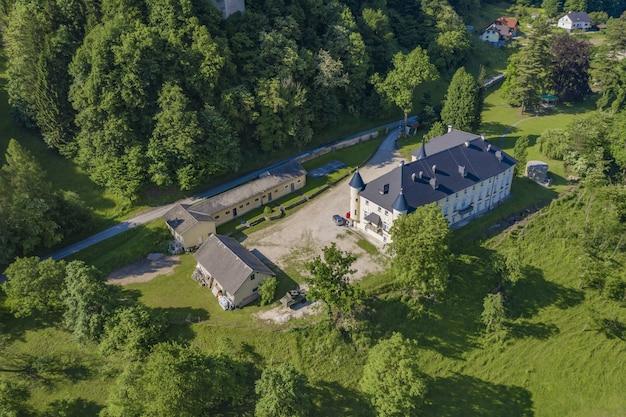 Prachtig uitzicht op het bukoje manor in slovenië, omgeven door bomen