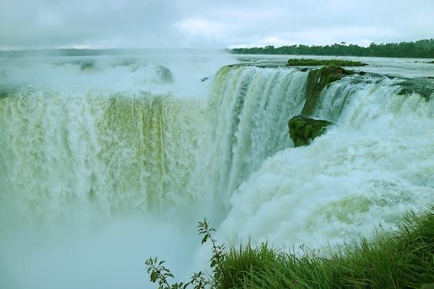 Prachtig uitzicht op het devil's throat-gebied van iguazu falls aan de argentijnse kant, argentinië