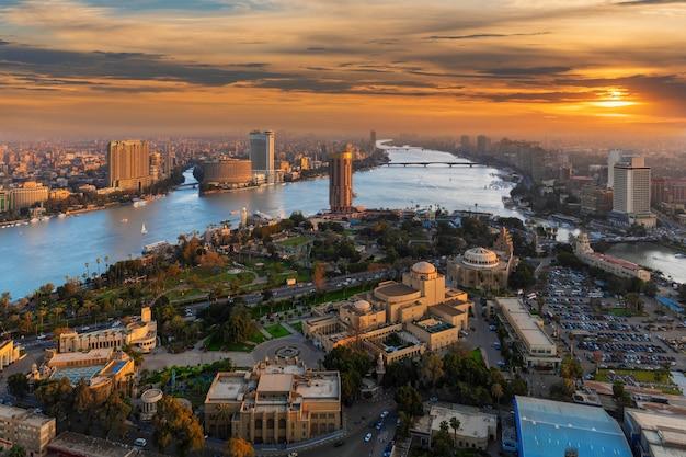 Prachtig uitzicht op het eiland gezira over de nijl in caïro bij zonsondergang, panorama vanaf de toren, egypte.