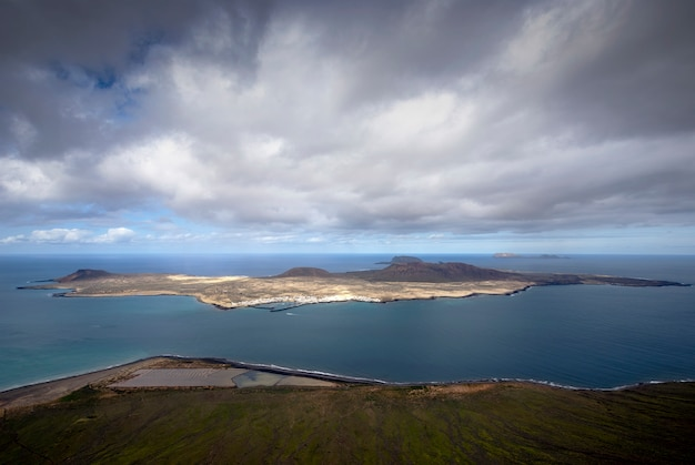 Prachtig uitzicht op het eiland la graciosa vanaf lanzarote, canarische eilanden, spanje