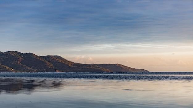 Prachtig uitzicht op het eiland tijdens zonsopgang.