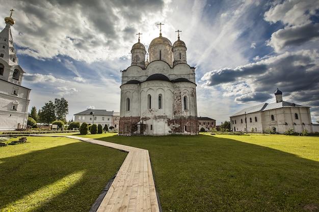 Prachtig uitzicht op het luzhetsky-klooster van st. ferapont gevangen in mozhaisk, rusland