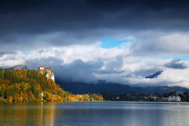 Prachtig uitzicht op het meer van bled met het oude kasteel, slovenië, europa. herfst in slovenië, europa.