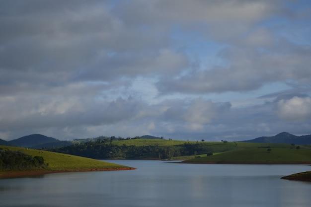 Prachtig uitzicht op het meer van de piracaia-dam op een bewolkte middag