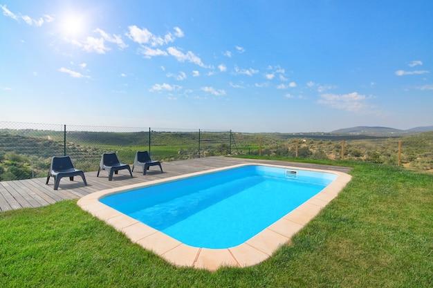 Prachtig uitzicht op het prachtige zwembad en de tuin. op een zonnige dag.