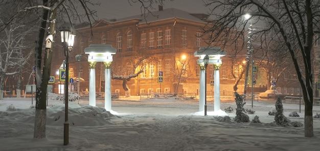Prachtig uitzicht op het rode gebouw in de winter met een grote sneeuwbedekking