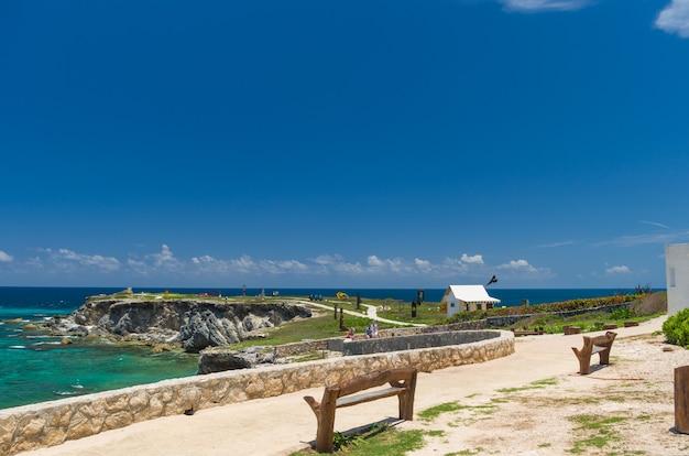 Prachtig uitzicht op het strand van isla mujeres, een eiland dat zeer bezocht wordt door toeristen in cancun.