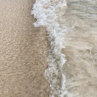 Prachtig uitzicht op het tropische strand met wit zand en blauwe zee met witte golf op phuket