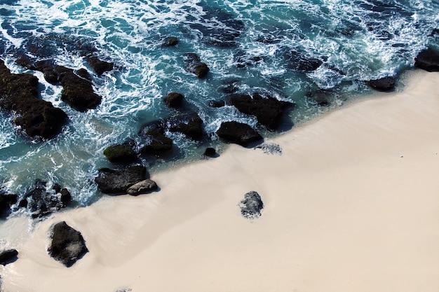 Prachtig uitzicht op het wilde strand.