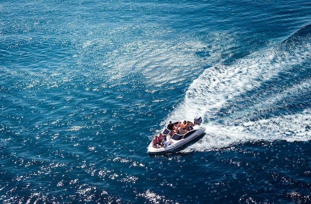 Prachtig uitzicht op jacht en helder donkerblauw water zomerparadijs