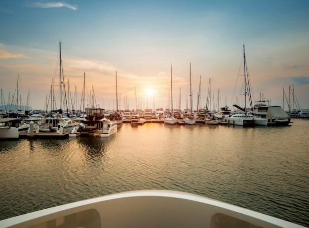 Prachtig uitzicht op jachthaven en haven met jachten en motorboten. zonsondergang op de oceaan.