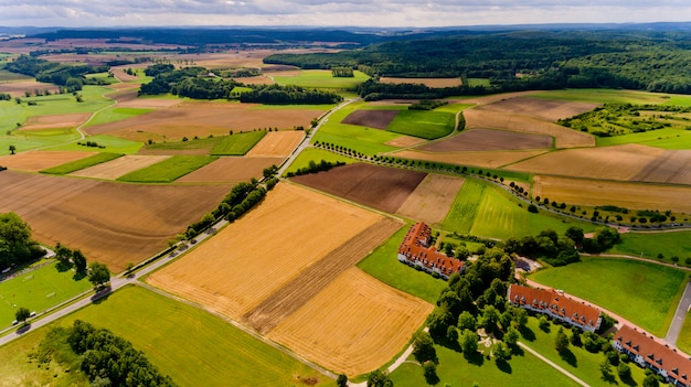 Prachtig uitzicht op landbouwvelden en blauwe lucht met witte wolken. luchtfoto.