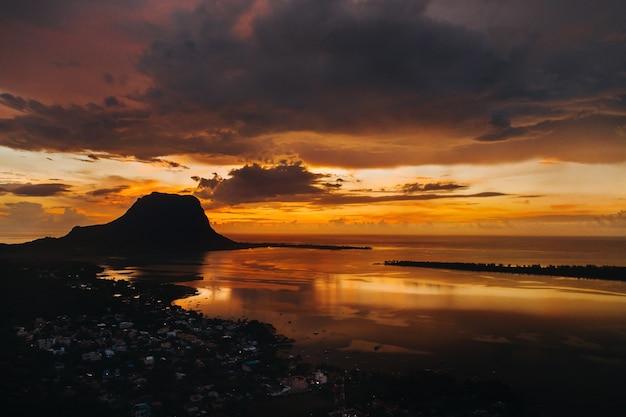 Prachtig uitzicht op le morne brabant bij zonsondergang. mauritius eiland.