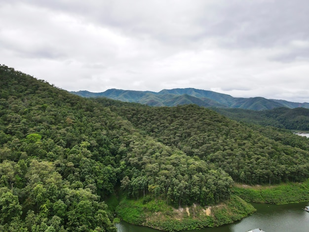Prachtig uitzicht op mae ngad dam, bestaande uit bergen, rivier en lucht
