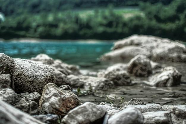 Prachtig uitzicht op meer met rotsen