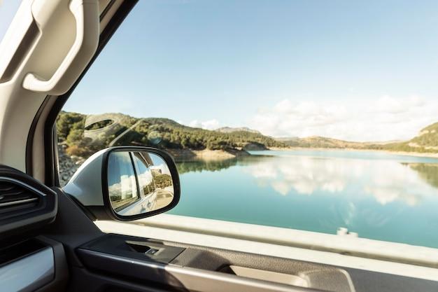 Prachtig uitzicht op natuurmeer vanuit auto