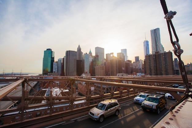 Prachtig uitzicht op new york vanaf brooklyn bridge bij zonsondergang