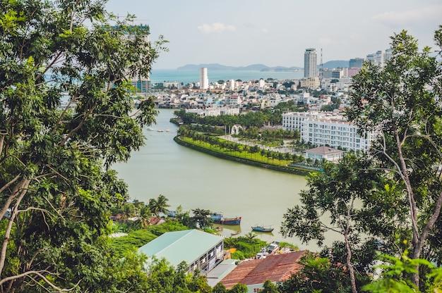 Prachtig uitzicht op nha trang en de baai van de zuid-chinese zee