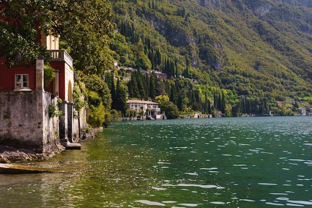 Prachtig uitzicht op oude villa's aan het comomeer in italië