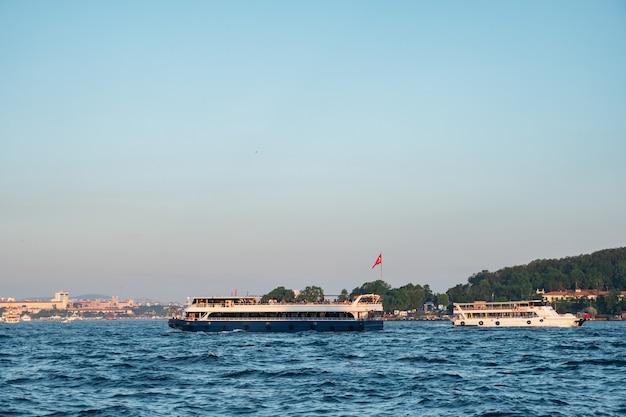 Prachtig uitzicht op passagiersschepen in de bosporus. istanbul.