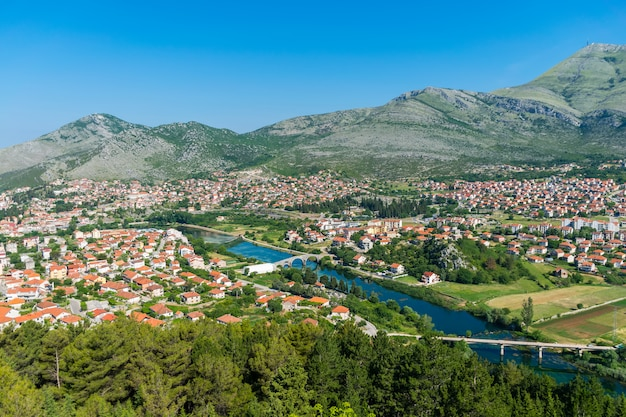 Prachtig uitzicht op trebinje vanaf de hoogte van de oude tempel van hercegovachka-gracanica